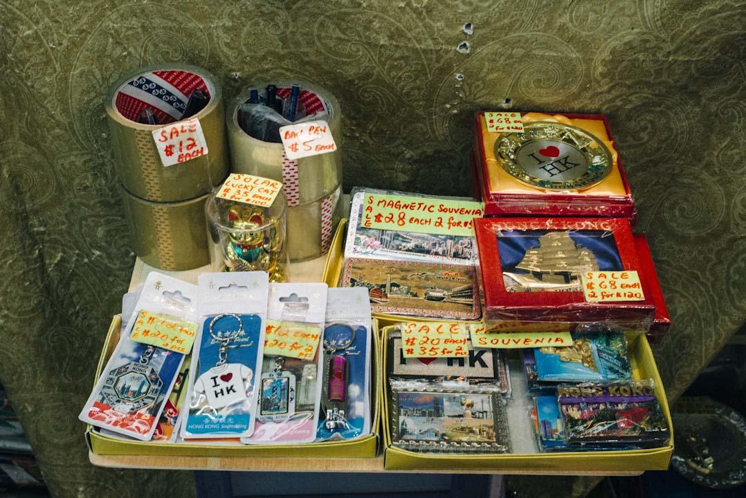 環球商場售賣不少有香港形象的紀念品,很多菲傭會購買並寄回家鄉。