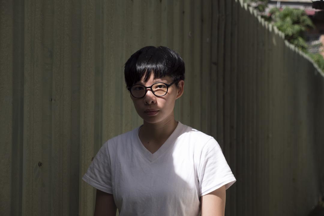 簡莉穎戴眼鏡,為的是抗藍光,因為前幾年工作過度,身體對藍光產生排斥,看太久電腦螢幕會開始暈眩。