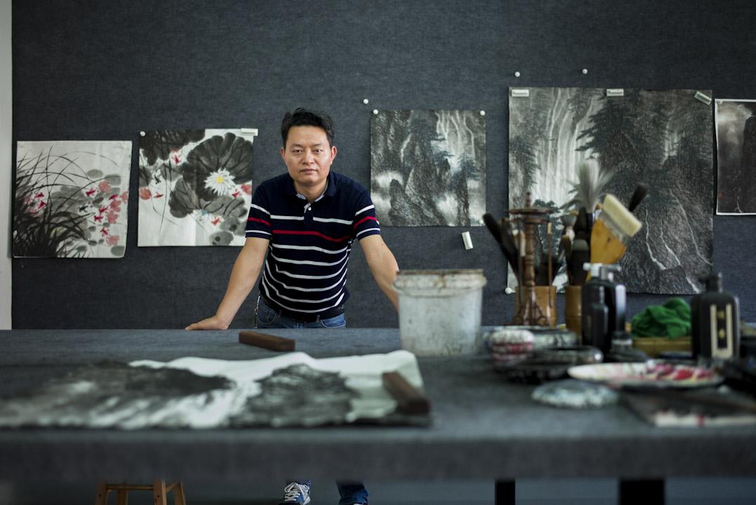 蔡楚生今年四十來歲,四年前將畫廊交給妻子運營,自己則向香港畫家王秋童拜師學藝,專攻水墨畫,計畫在五年內出師,走入藝術品收藏市場,成為受認可的畫家。