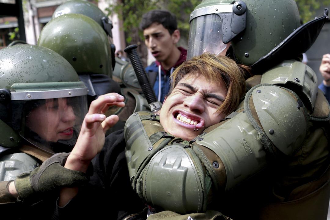 2017年9月27日,智利城市聖地牙哥,一名參與要求改革教育制度的集會的示威者被警方制服。