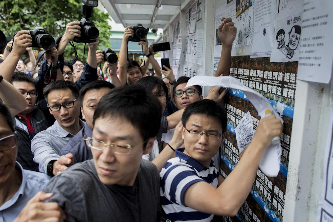 2017年9月7日,有內地生在中大民主牆前聚集,張貼反港獨和「#CUSU IS NOT CU!」單張,部分「港獨」單張被撕下或被「#CUSU IS NOT CU!」單張遮掩,有學生會成員在場阻止,雙方爭執,情況一度混亂。 攝:林振東/端傳媒