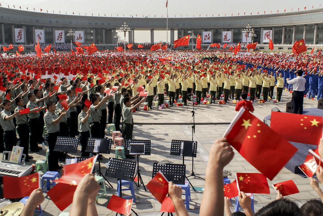 2009年6月5日,河南濟源,為慶祝新中國成立60週年,中宣部、中央文明辦等10部委決定在全國廣泛開展「愛國歌曲大家唱」活動。3000多名群眾演員在濟源行政區廣場歌唱祖國。 攝:Imagine China
