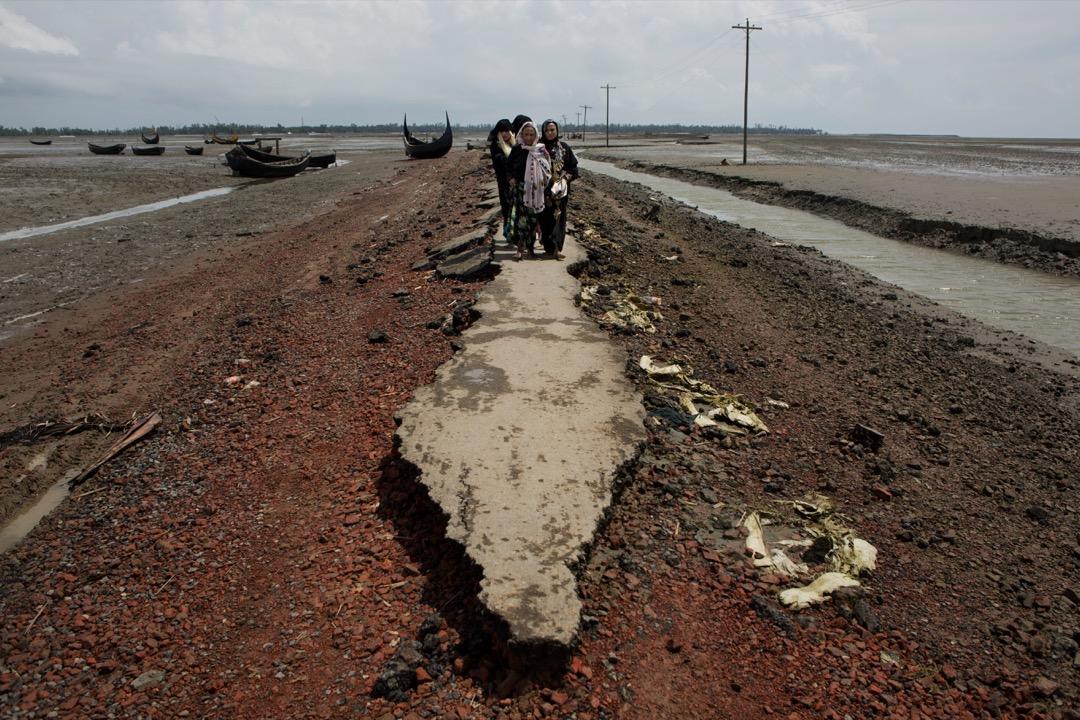 2017年9月2日,一個羅興亞家庭走在破爛的道路上。