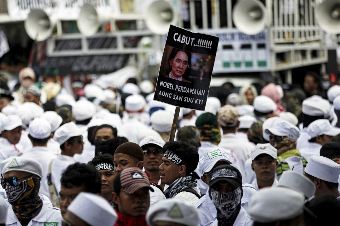 2017年9月6日,印尼的緬甸大使館附近發生伊斯蘭組織領導的抗議活動,其中有示威者高舉「撒回昂山素姬的諾貝爾和平獎」標語。