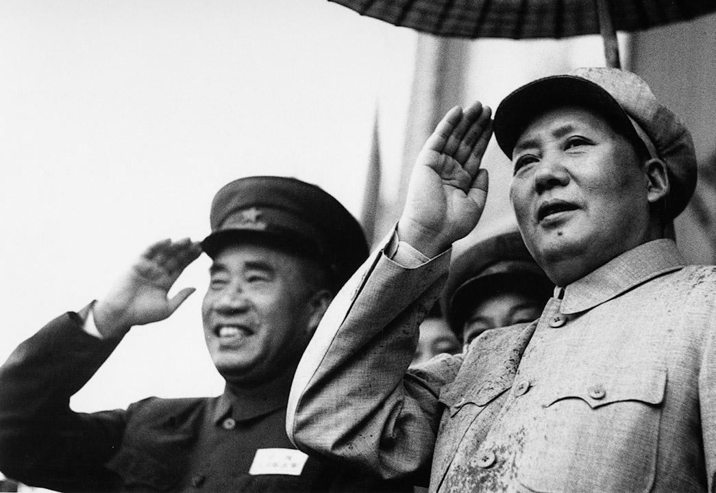 1954年中共恢復黨的軍事委員會後,毛澤東擔任主席,設軍委委員若干人,不設副主席,而朱德長期擔任的「中國人民解放軍總司令」的職務亦被廢除。圖為毛澤東、朱德出席1952年在北京出席解放軍運動會。