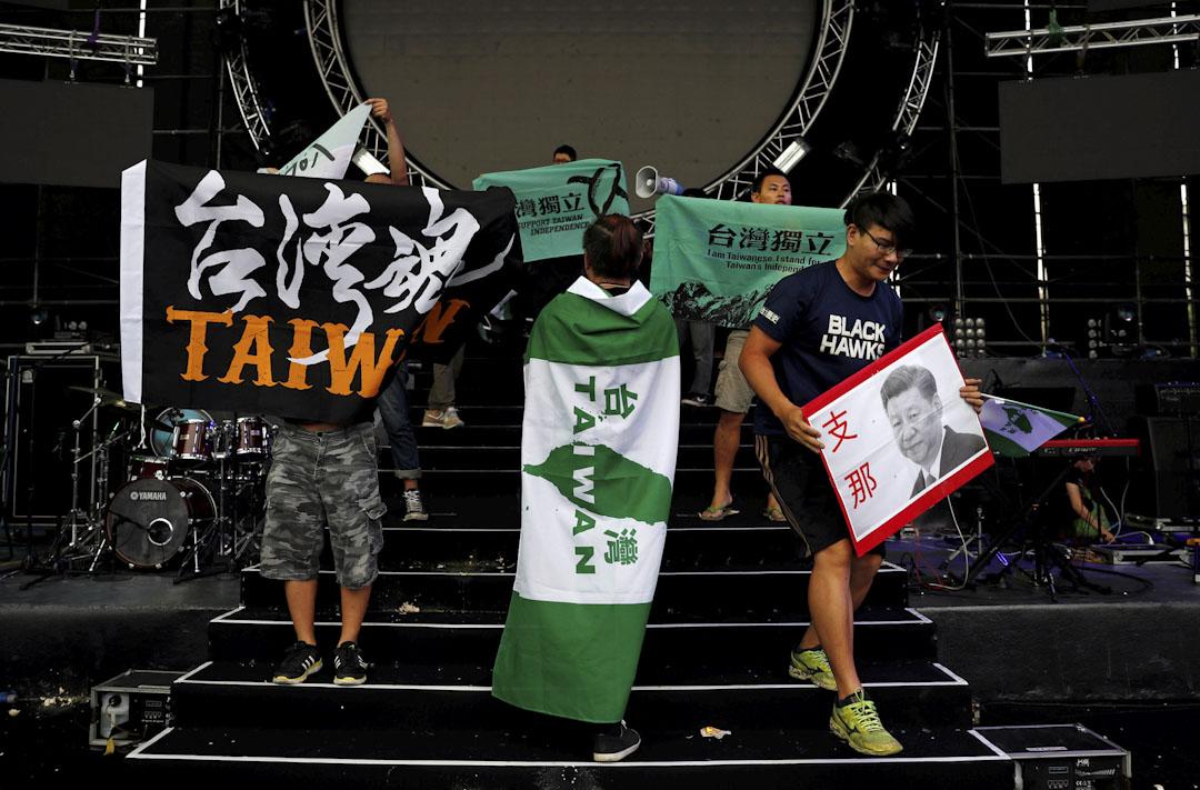 台大學生披上「台灣獨立」的綠色條幅在台上抗議。