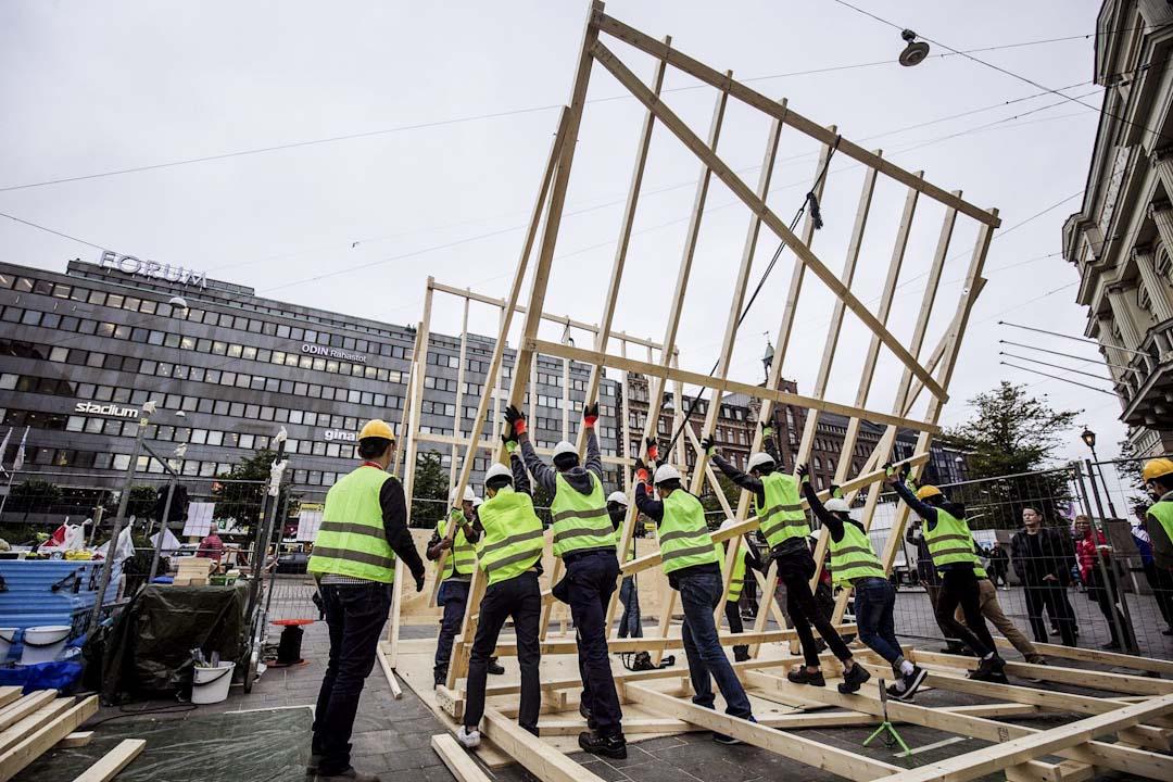 「中繼屋營造行為藝術」的材料都是在芬蘭當地採購,建造者都不是建築專業者。因當地木料多又便宜。於是就地取材,用最常見的木料來做。