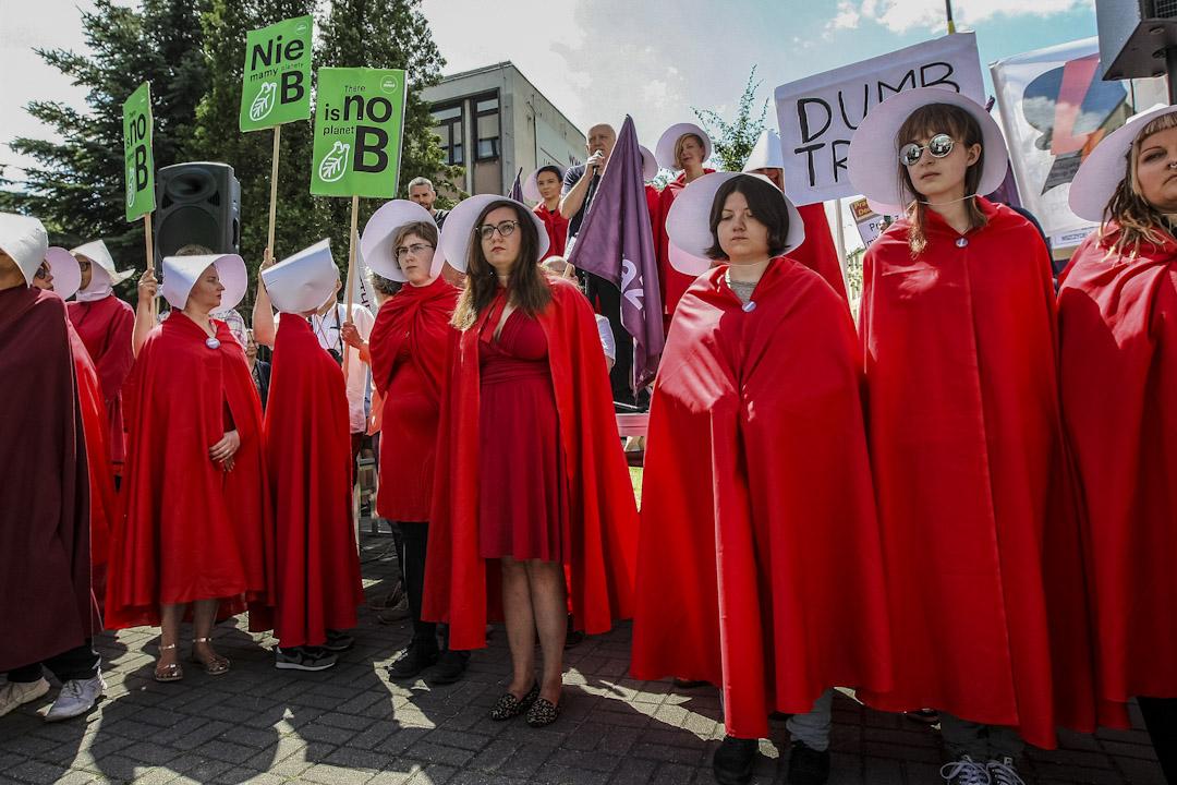 2017年7月6日,波蘭華沙,婦女扮成美劇《使女的故事》中的角色抗議美國總統特朗普來訪。 攝:Imagine China