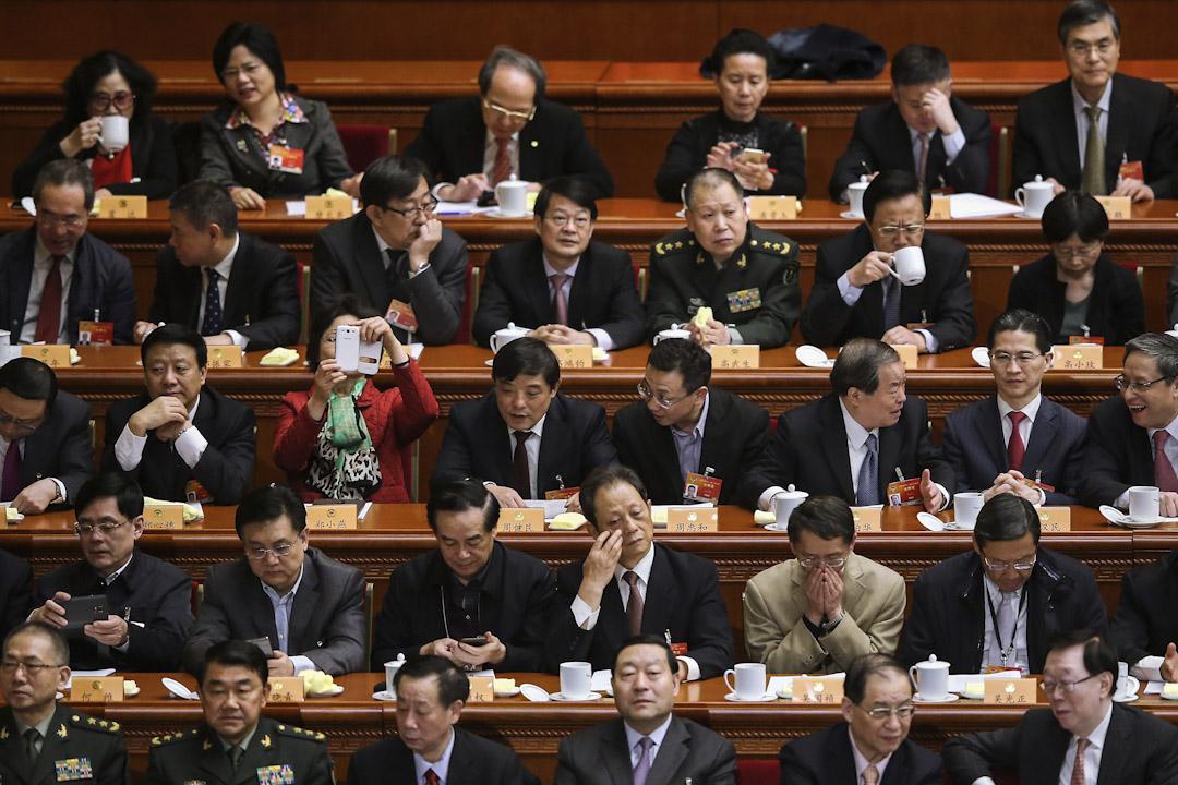 2015年3月13日,中國北京人民大會堂舉行的中國人民政治協商會議閉幕式,共二千多人出席。