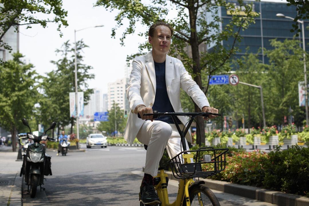 丹·羅斯加德打算先造出一台具備所有設計要求的樣品車,然後按樣複製300輛,在2017年底投放在上海或者北京的某個角落。最終目標是在上海和北京這樣的大城市投放大約250萬輛霧霾淨化自行車。