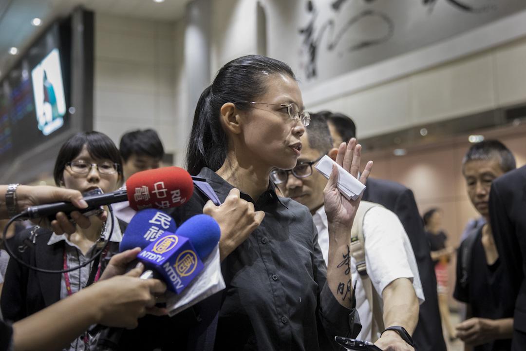 李明哲妻子李凈瑜前往岳陽聽審後,於2017年9月12日晚間返抵桃園機場。 攝:張國耀/端傳媒