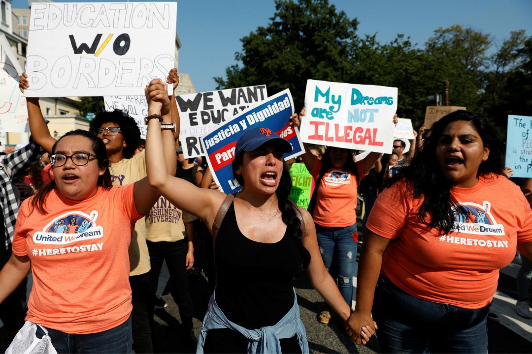 特朗普政府宣布廢除「夢想者計劃」(DACA)後,部分美國民眾在白宮附近遊行抗議。 攝:Aaron P. Bernstein/Reuters