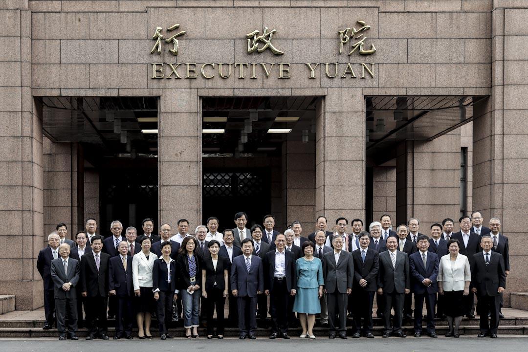行政院長林全在行政院的大門前與內閣成員拍攝合照。