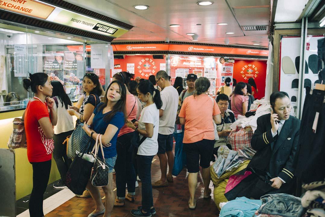 環球商場內,大部分菲傭最趕着做的,不是為自己購物,而是把賺到的錢寄回家。匯錢店外經常大排長龍。