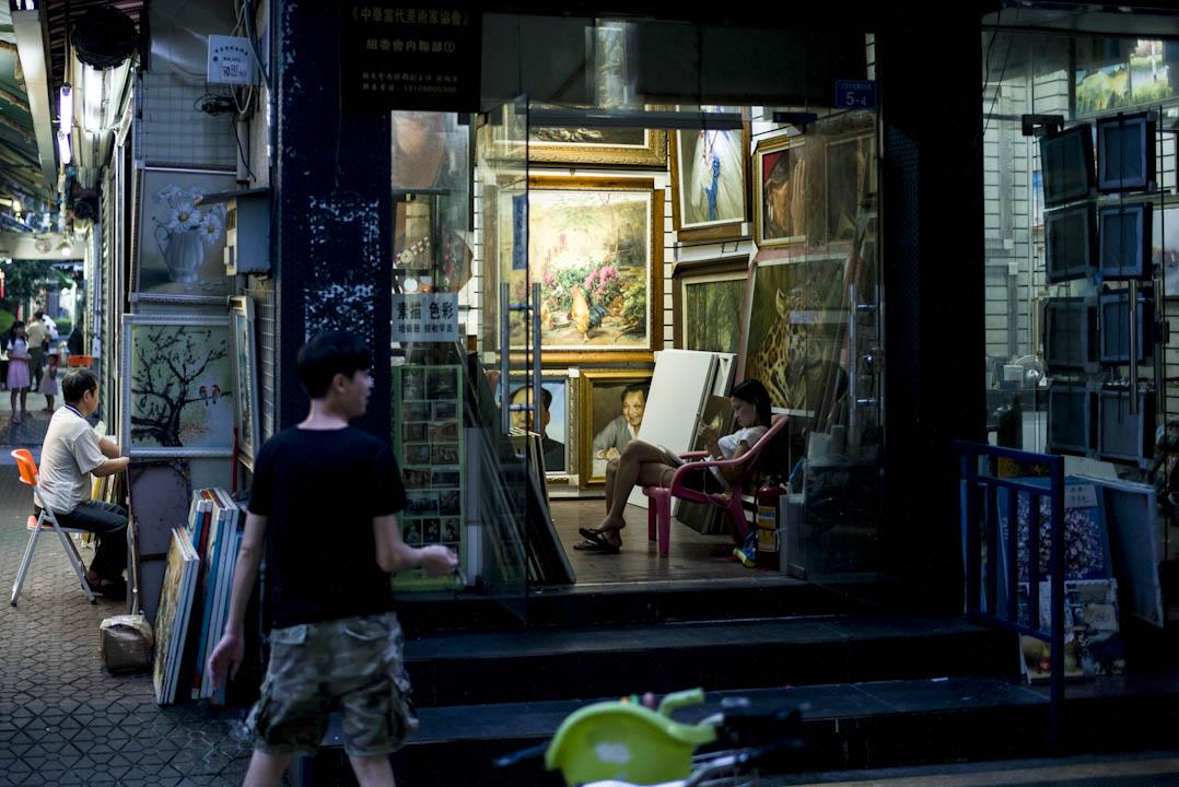 大芬村有「世界油畫工廠」之稱,這裏生產的臨摹畫作和名人肖像,會經銷到世界各地。