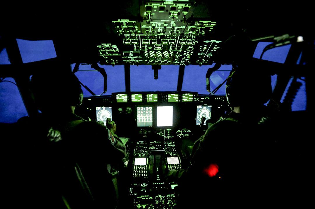 2017年9月8日,來自空軍的天氣偵察飛機WC-130J在4級大西洋颶風「艾爾瑪」逼近美國佛羅里達州時執行任務,當時機內控制室的情況。