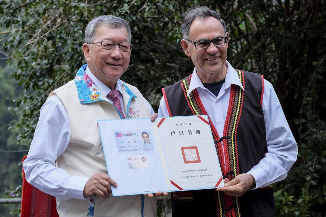 丁松青神父殊勳入籍成為臺灣人。