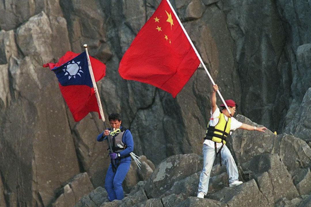 1996年10月7日,港台保釣人士登陸釣魚台, 並在島上插上五星紅旗及青天白日旗宣示主權。