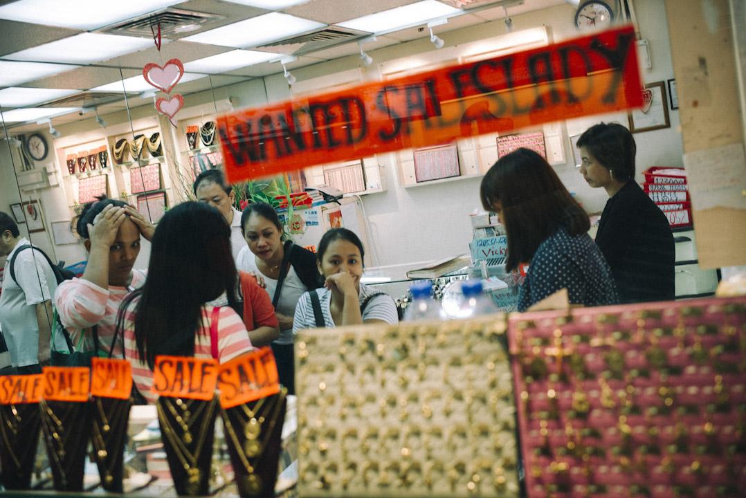 環球商場的金飾店,菲傭在店內選購飾物。 攝:林振東/端傳媒