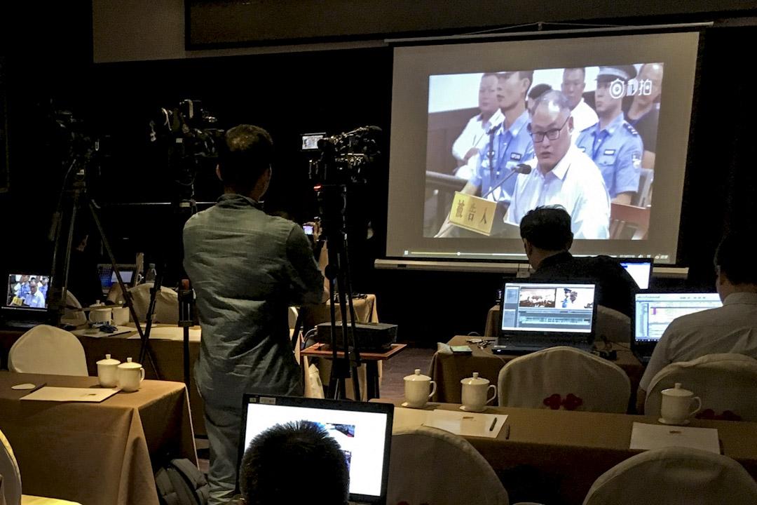2017年9月11日,李明哲案在湖南岳陽中級法院進行審理,李明哲與共同被告彭宇華出庭,僅有極少數媒體獲准進入法庭。圖為趕赴岳陽的媒體觀看庭審直播。