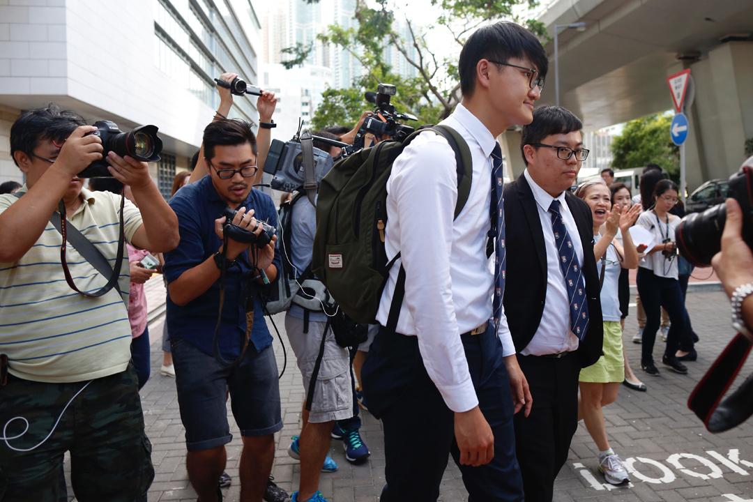 香港大學學生會前會長馮敬恩與前外務副會長李峰琦分別被判240小時及200小時社會服務令,二人聽取判決後離開法院。 攝:林振東/端傳媒