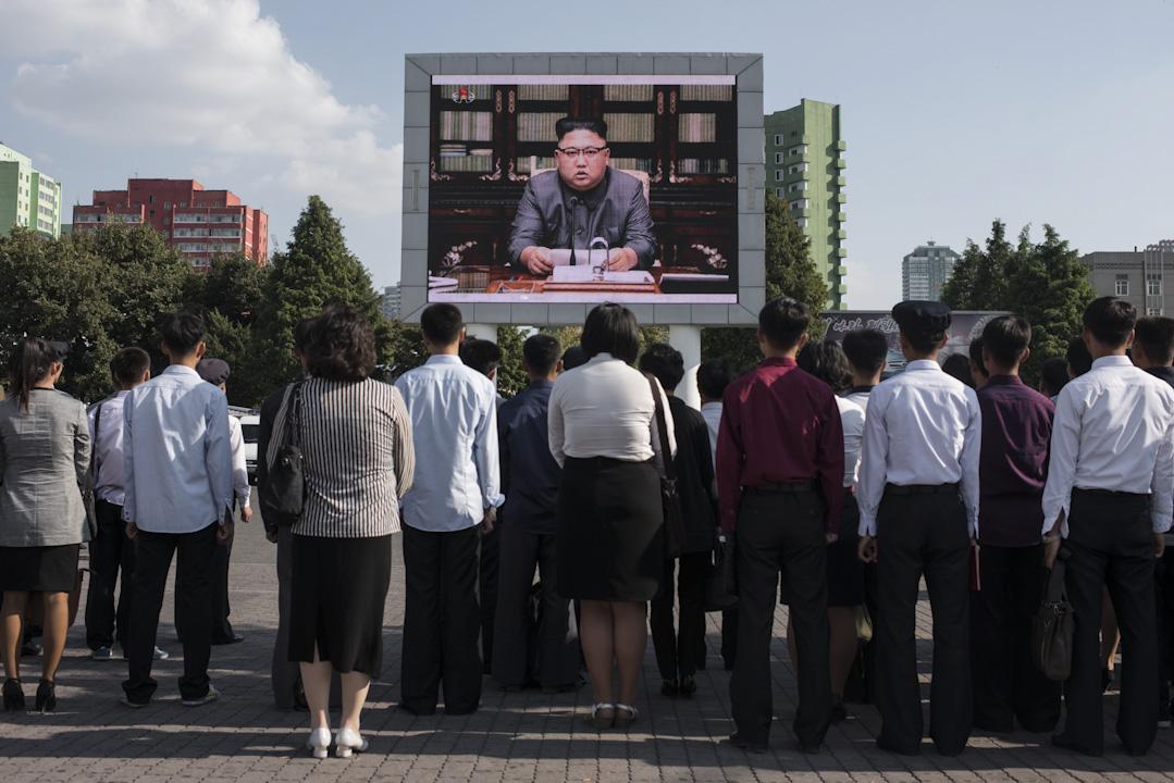 2017年9月22日,北韓領導人金正恩親自發表聲明回應美國總統特朗普,大批民眾在平壤的中央火車站外,收看電視轉播。 攝:Ed Jones /AFP/Getty Images