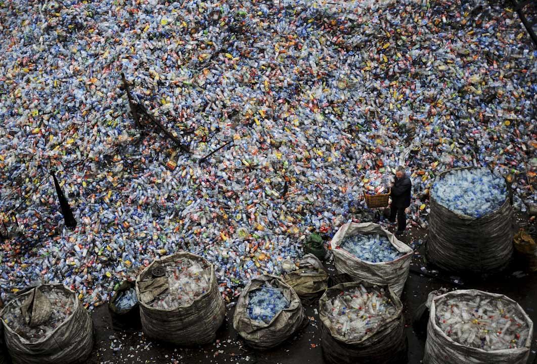 中國湖北省武漢市,一個回收塑膠的工場,一名工人在場內工作。 攝:China Photos/Getty Images