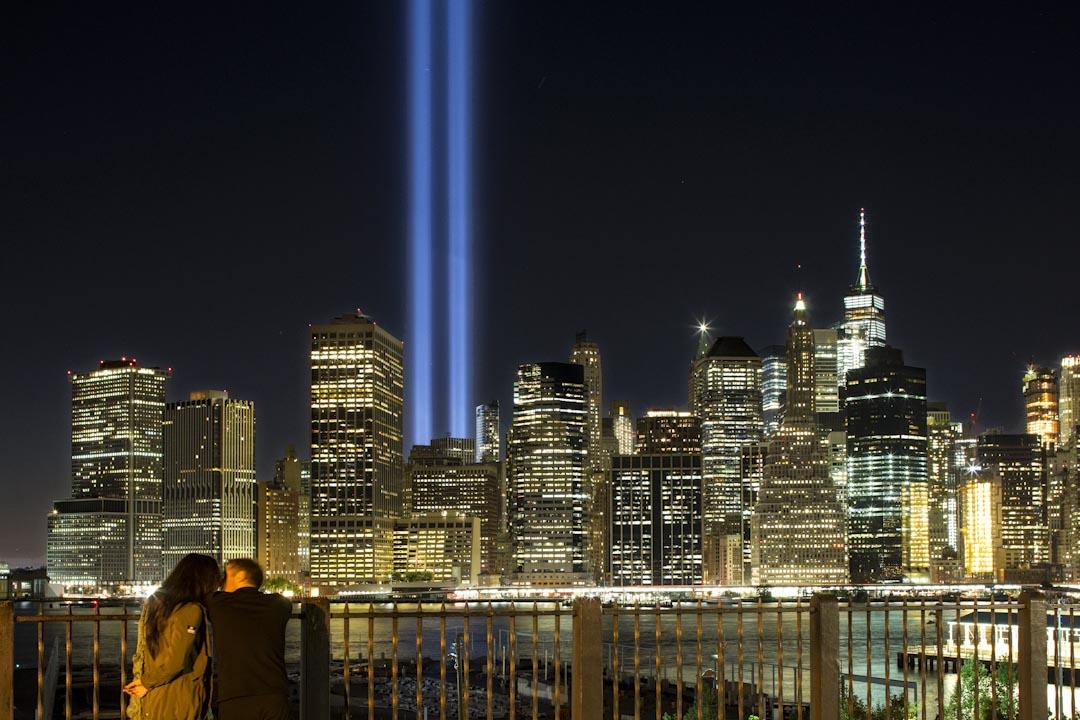 2017年9月10日,一對情侶在布魯克林長廊擁抱,背景是Tribute in Light ,喻意世貿中心的兩束光柱。