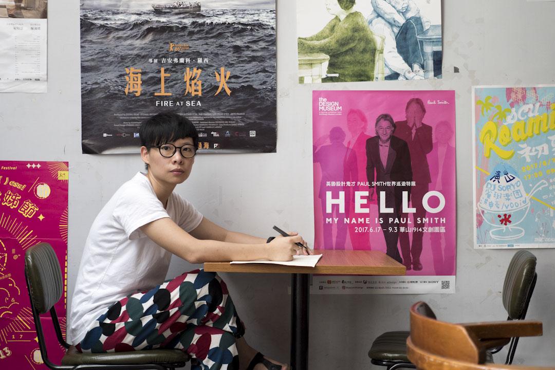 「藝文工作者的身份,加上同志,這兩個身份只有在台北可以被接受。雖然現在中南部也有表演場館,但是劇場工作者離開台北就很難生存。」簡莉穎說。