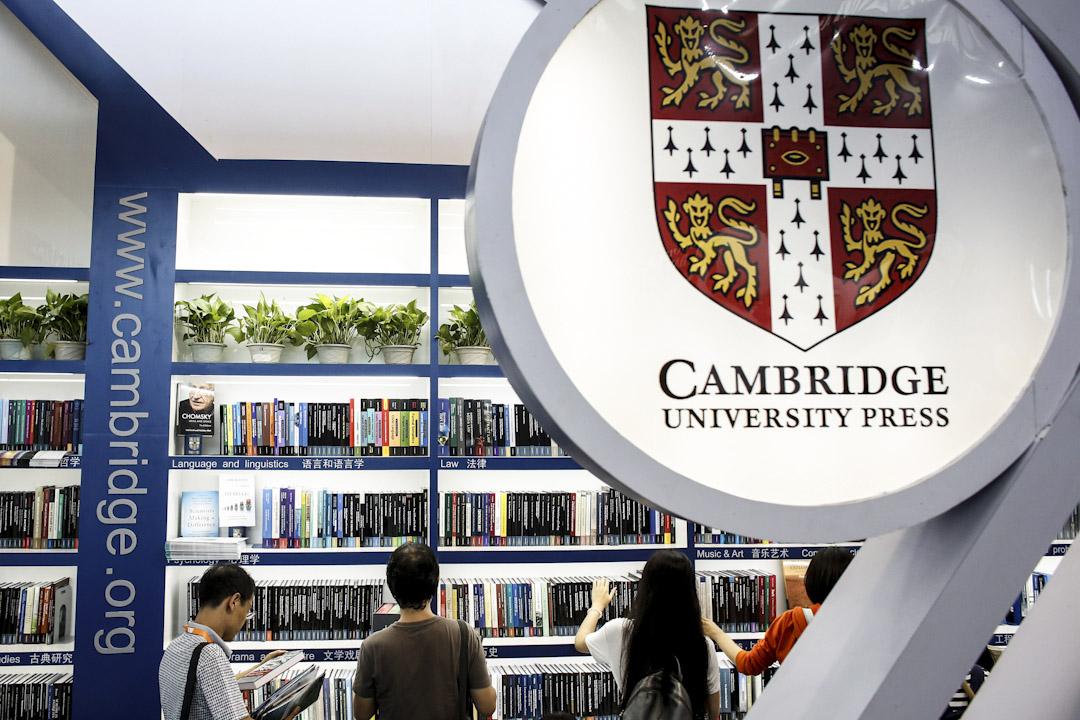 劍橋大學出版社在中國的網站刪除300多篇在《中國季刊》發表的文章。不少學者表示,此次事件將會打擊學術自由。《中國季刊》總編對中方做法深表關注和失望。面對學術界壓力,劍橋大學出版社在中國的網站重新發表《中國季刊》被刪除300多篇文章。圖為2017年8月23日北京國際書展上的劍橋大學出版社攤位。
