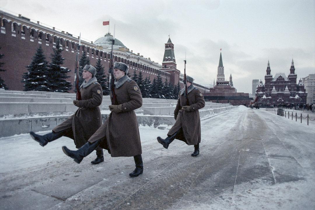 1989年,蘇聯士兵在街上巡邏。