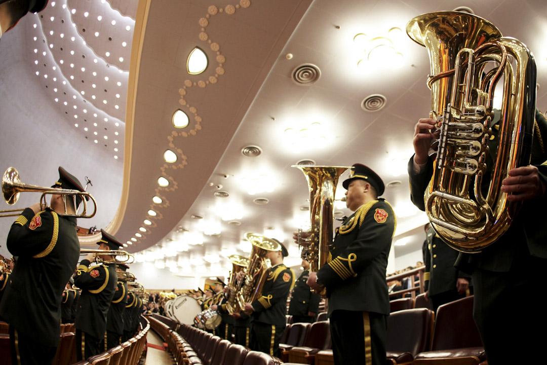 中國全國人大常委會今天表決通過《國歌法》草案,於10月1日起實施。圖為2016年3月,第十二屆全國人民代表大會期間,北京人民大會堂內奏起國歌。 攝:Wang Zhao / Getty Images