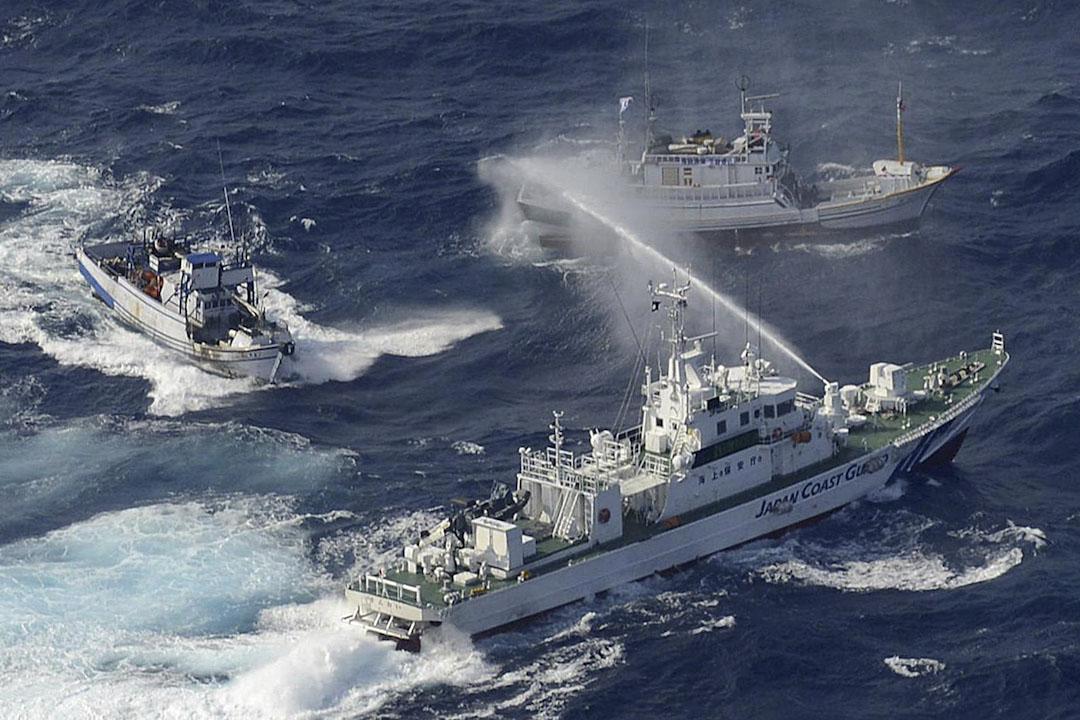 2012年9月25日,日本海岸警衛隊(下)在釣魚島附近的東海沿岸的向灣漁船噴水。