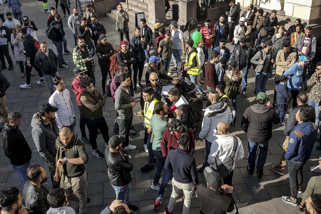 部分反移民組織前往工地抗議,另一方面支持難民人權團體也即時反制,舉辦千人遊行以「中繼屋」為遊行終點,大聲疾呼,希望社會能以更開放的態度面對難民議題。遊行和平落幕後,原本的「中繼屋」已搖身變為市民論壇,意見不同的雙方開始交換意見。