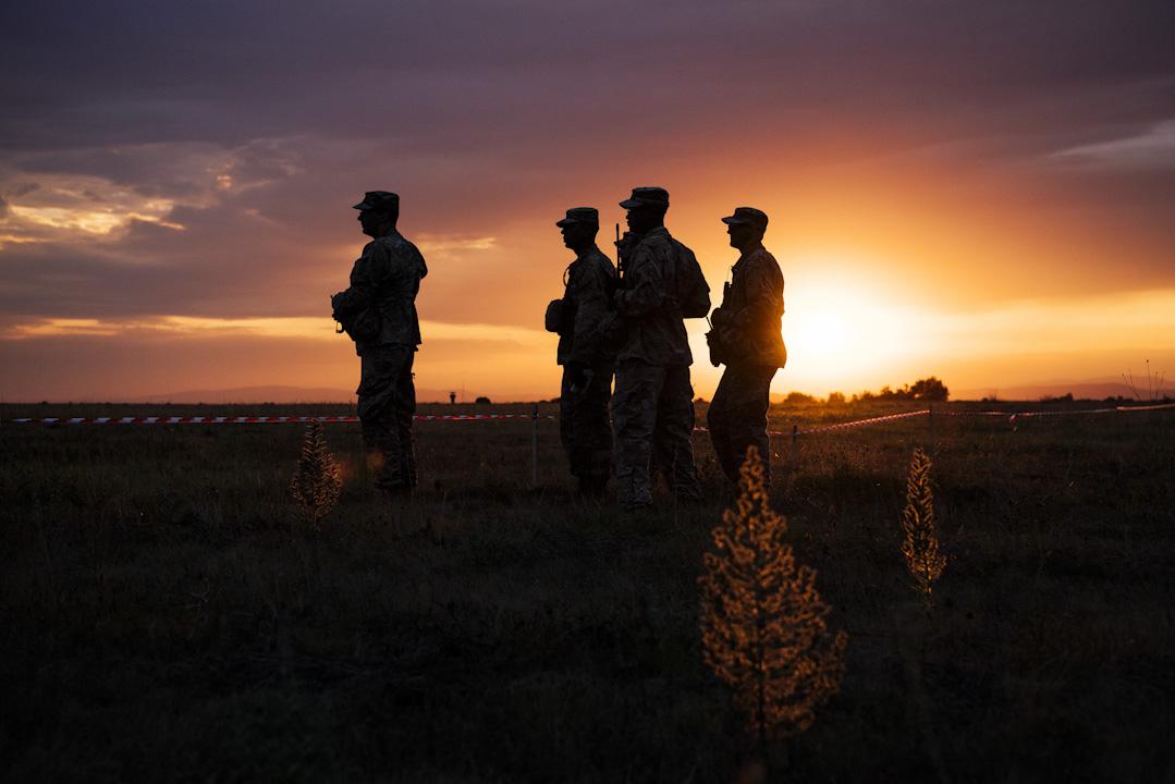 現在距離特朗普的推文已過去一個多月,美國國防部仍未就跨性別軍人問題出台新政。如何對待這成千上萬名跨性別軍人,還需要白宮和五角大樓費一番腦筋。圖為2017年7月18日,美國陸軍士兵及北約傘兵參加軍事演習,涉及來自美國,加拿大,意大利,葡萄牙和希臘的1600名士兵。 攝:Dimitar Dilkoff /AFP/Getty Images