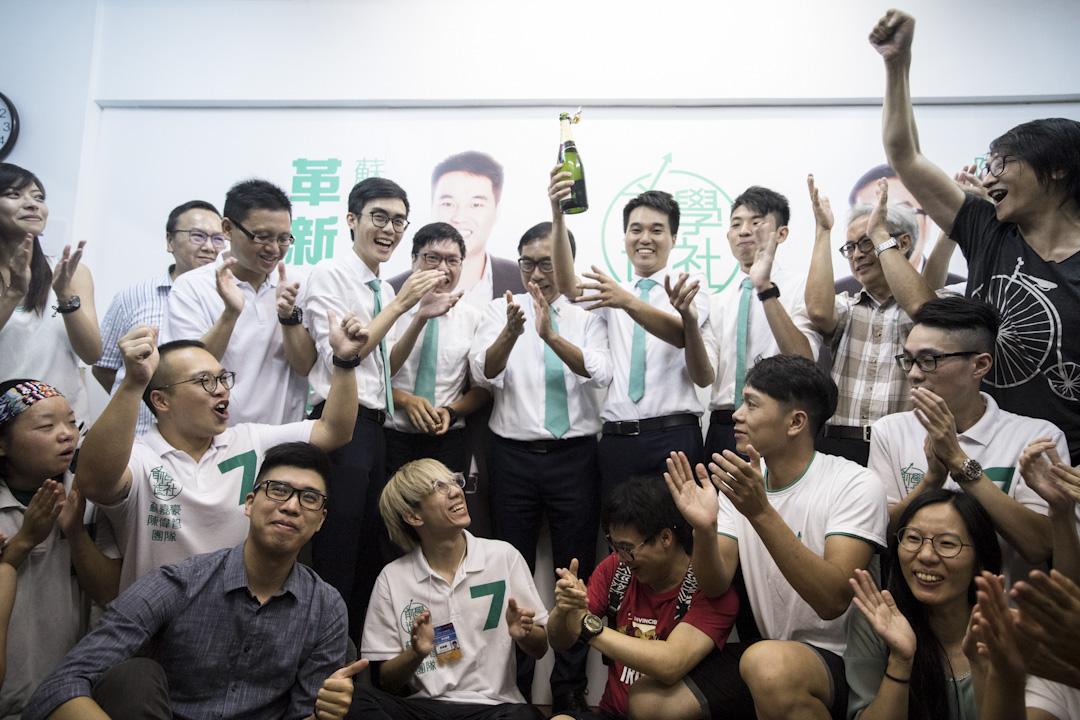 澳門第6屆立法會選舉,進步民主派「新澳門學社」候選人、現年26歲的蘇嘉豪,以9212票當選,成為當地歷來最年輕議員。  攝:端傳媒