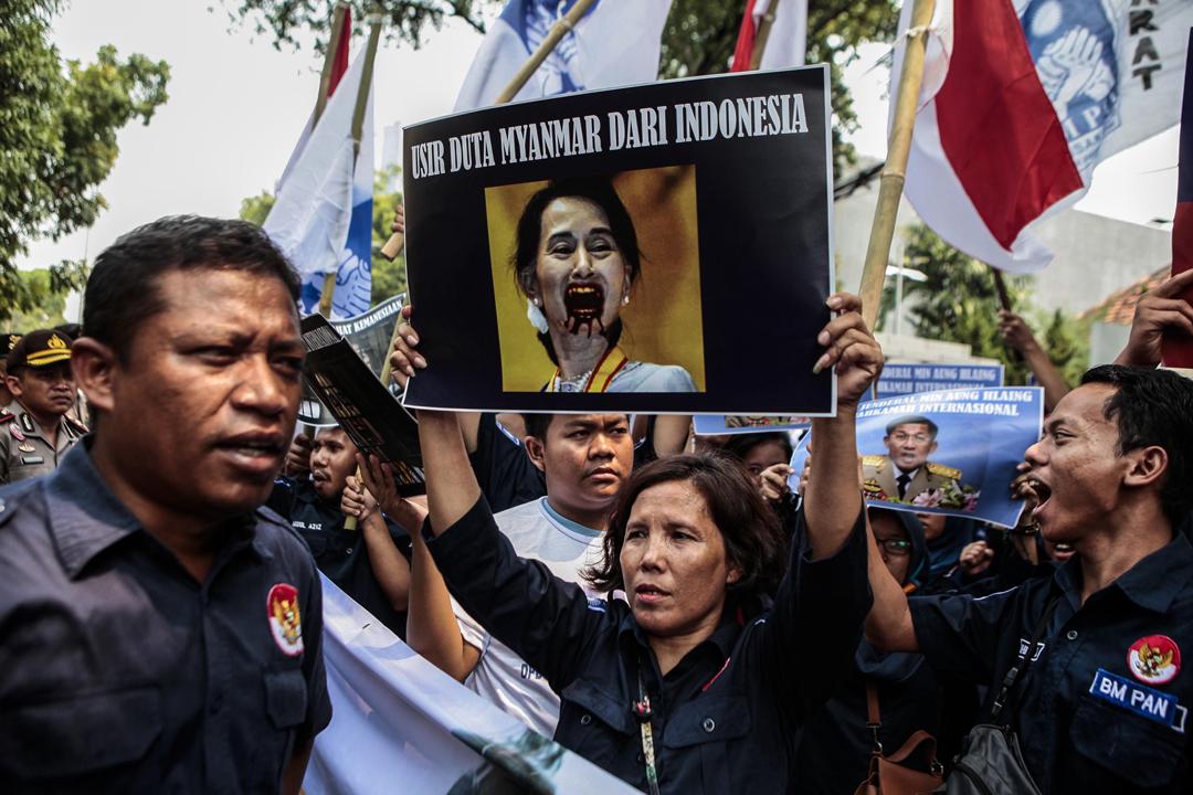 緬甸若開邦武裝衝突引發逾12萬羅興亞穆斯林逃離家園,情況受國際社會關注。在約八成人口信奉伊斯蘭教的印尼,大批民眾於4日在緬甸大使館外示威,其中有人高舉將昂山素姬描繪成「吸血鬼」的海報。 攝:Agoes Rudianto / Getty Images