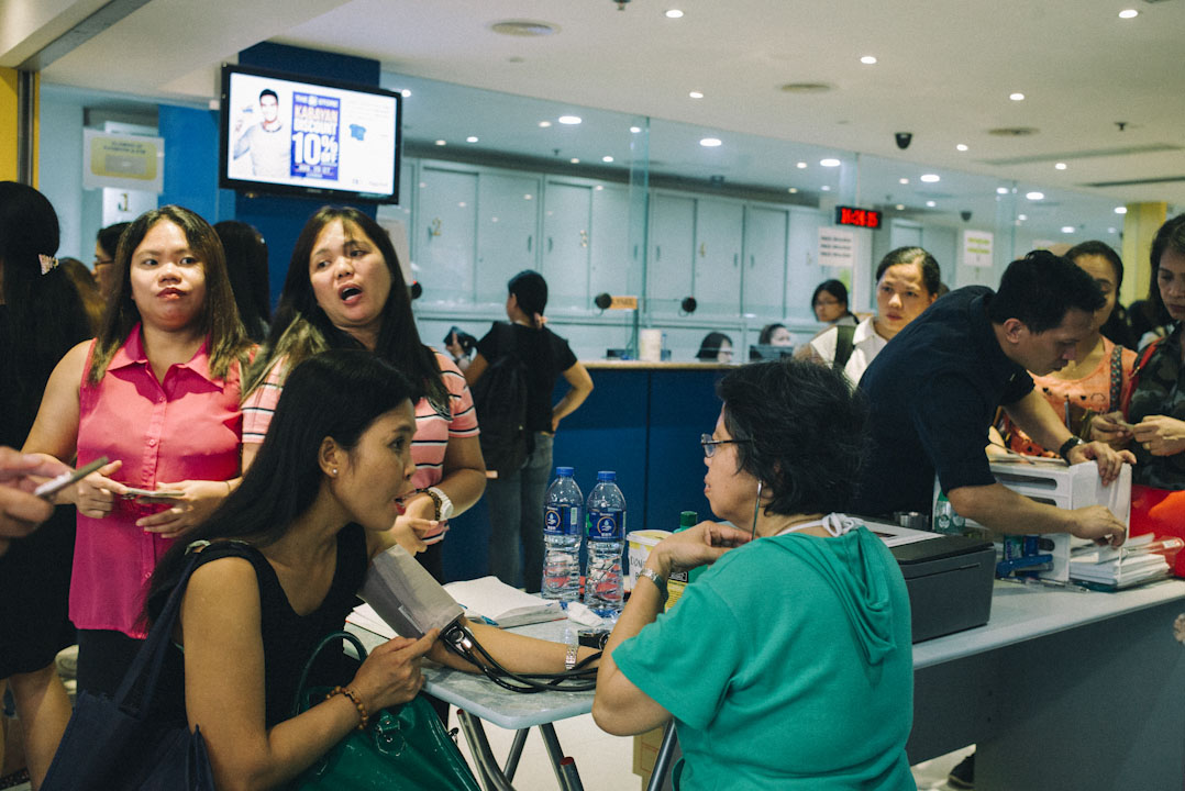 環球大廈有菲律賓排名前五的三間大銀行,還有超過10間私人找換鋪,每一間都生意興隆,其中周日一間銀行外門有攤位幫顧客量血壓。