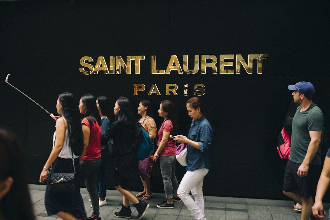 菲傭在假日「佔領中環」,從1975年香港開啟外籍家庭傭工政策就已經開始,每逢星期日,中環不同地方都只見他們,聚首聊天,分享快樂。
