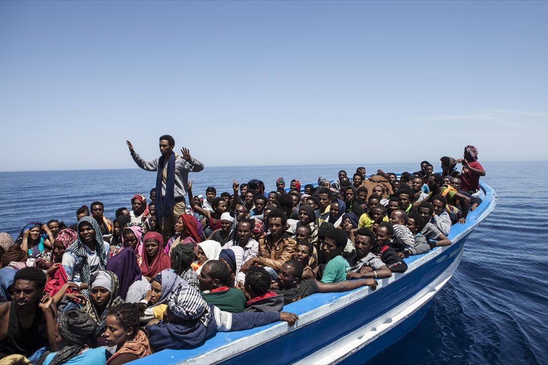 多變難揣的氣候,艱苦的環境,加上難民船多已老舊不堪又嚴重超載,讓團隊必須在緊繃的時間內救起盡量多的生命。 攝:Jason Florio