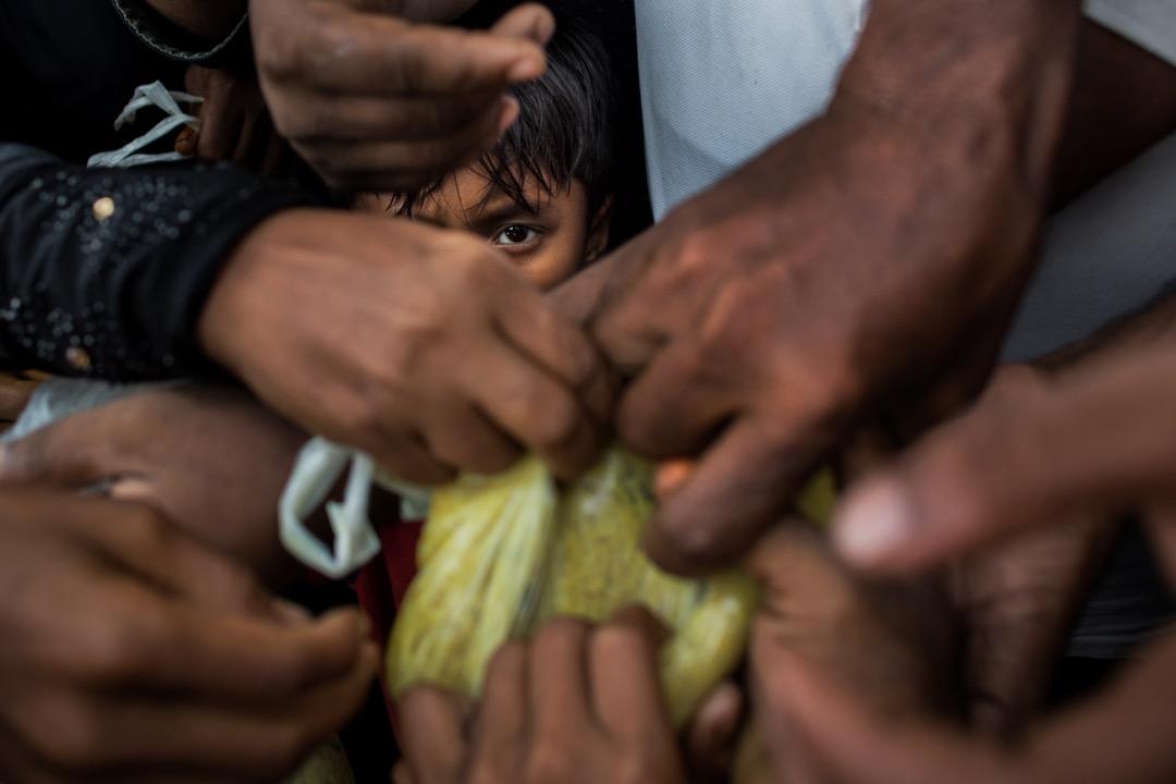 2017年9月3日,剛到孟加拉的羅興亞難民在難民營中爭奪糧食。