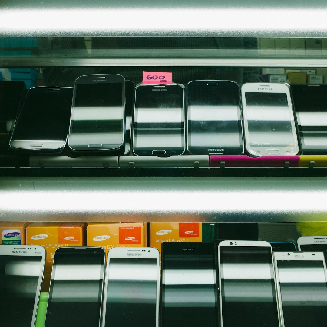 三樓另一側的 My Phone PTI 是環球大廈生意最興旺的手機店。店長 Khan Waqas 是在巴基斯坦出生的菲律賓人,幾年前進入環球大廈。針對菲傭的手機價格便宜,從300元到3000元都有,日韓品牌較多,最特別的是,可以無抵押、不須擔保人,在半年內分期付款。一款二手的韓國智能手機是店裡最熱銷的產品。
