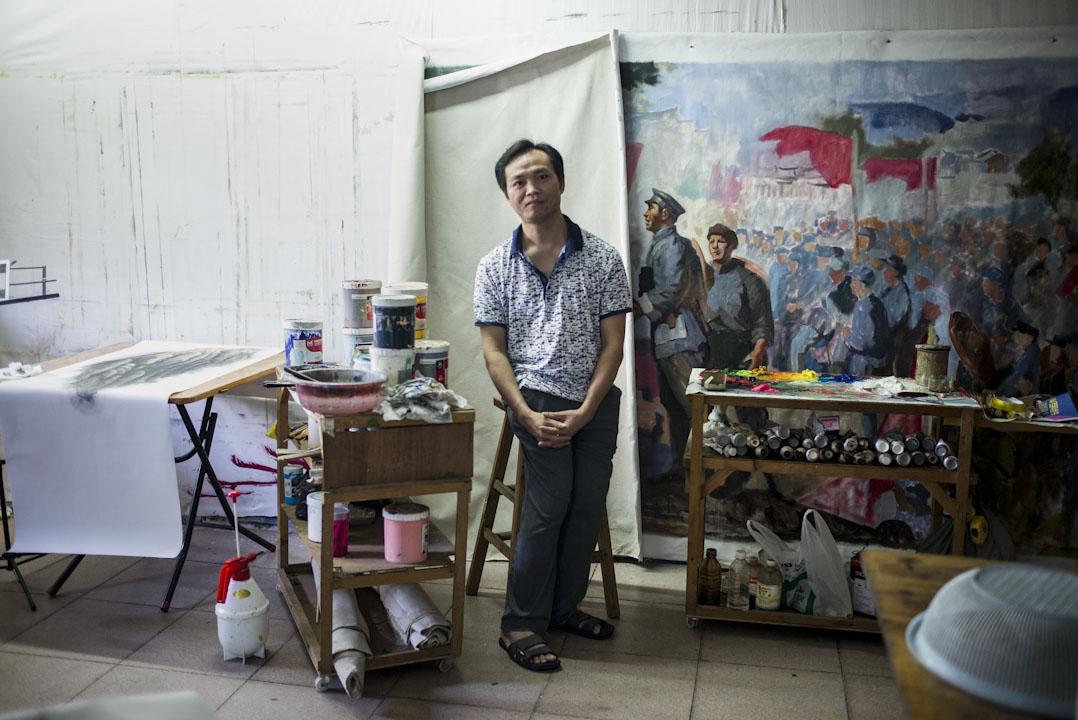2012年,廣西人黃阿德來到大芬村,在兩棟民房之間的巷道裏租下了一塊牆壁,用來展示自己的作品,他每天都站在巷裡畫畫,早晚回到附近簡陋的家裡,依然對著牆壁畫畫。