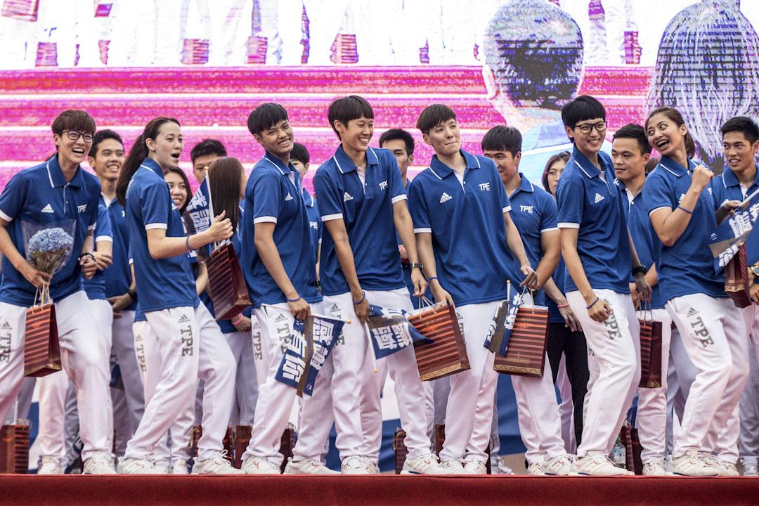 台灣女子籃球代表隊在世大運場上得到銅牌,眾球員參加由中華文化總會特別於協辦「台灣英雄大遊行」。 攝:張國耀/端傳媒