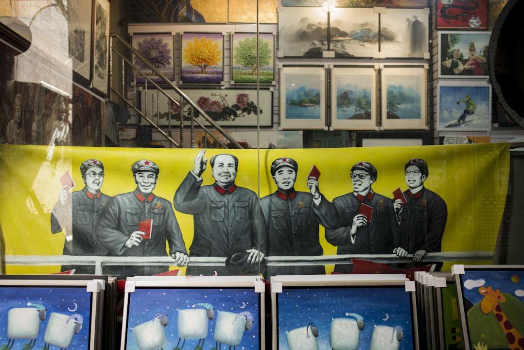大芬村一間畫廊,展示一幅領導人群像油畫。