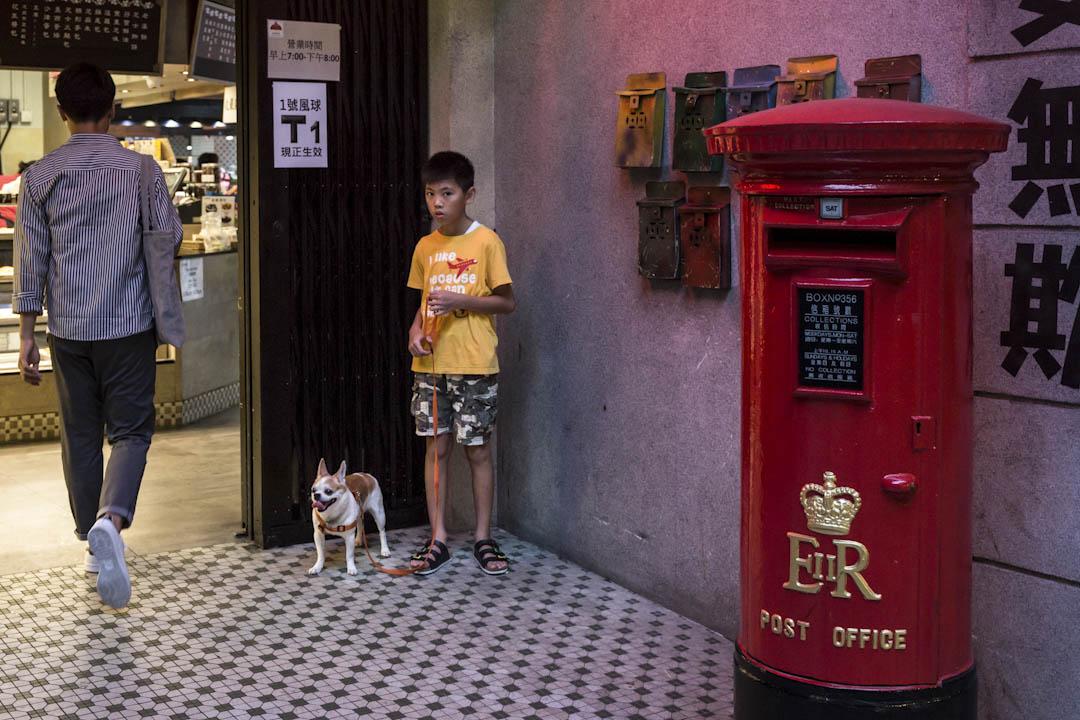 新市鎮東涌沒有政府的食環街市,又缺乏售賣鮮肉蔬果的地舖,逸東邨居民選擇少,日常只能於粉飾成舊香港的街市𥚃買餸。