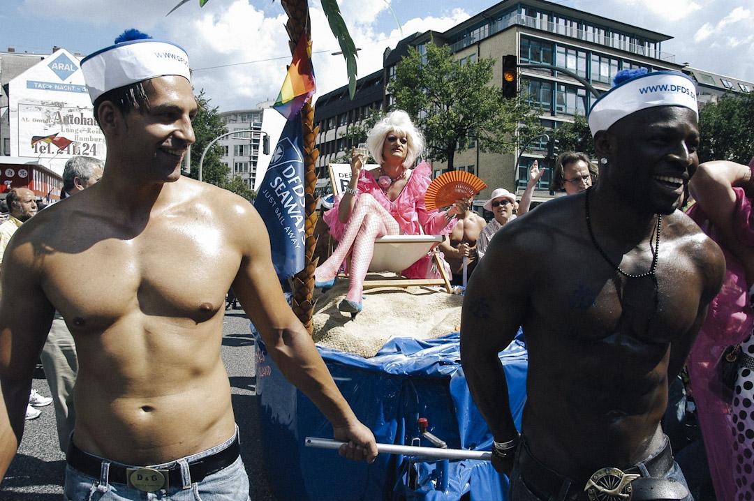 高大、美豔而又神秘的變裝皇后奧莉薇亞在德國家喻戶曉。除了聖保利紅燈區的三間酒吧、為世界各地的遊客介紹漢堡,奧莉薇亞還擁有自己的電視節目。圖為2005年,奧莉薇亞出席LGBT平權的克里斯托弗大街紀念日活動(Christopher Street Day CSD)。