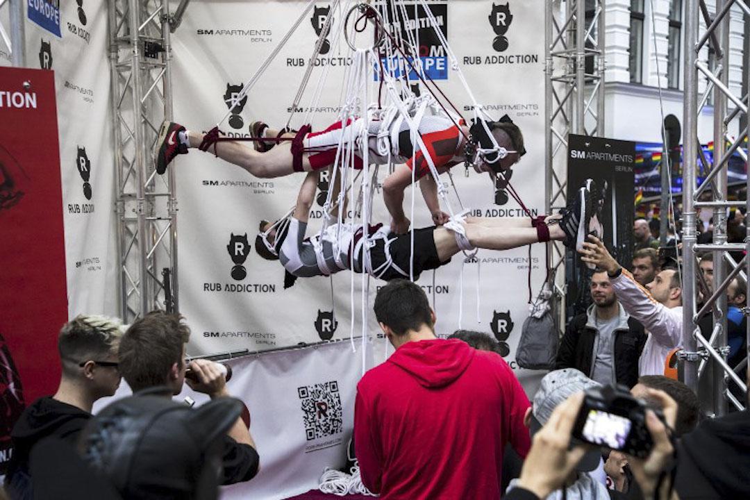 2017年9月9日,德國柏林舉行Europe Folsom Street fair,其中有一個將參加者吊在空中示範性虐待場景的表演環節。