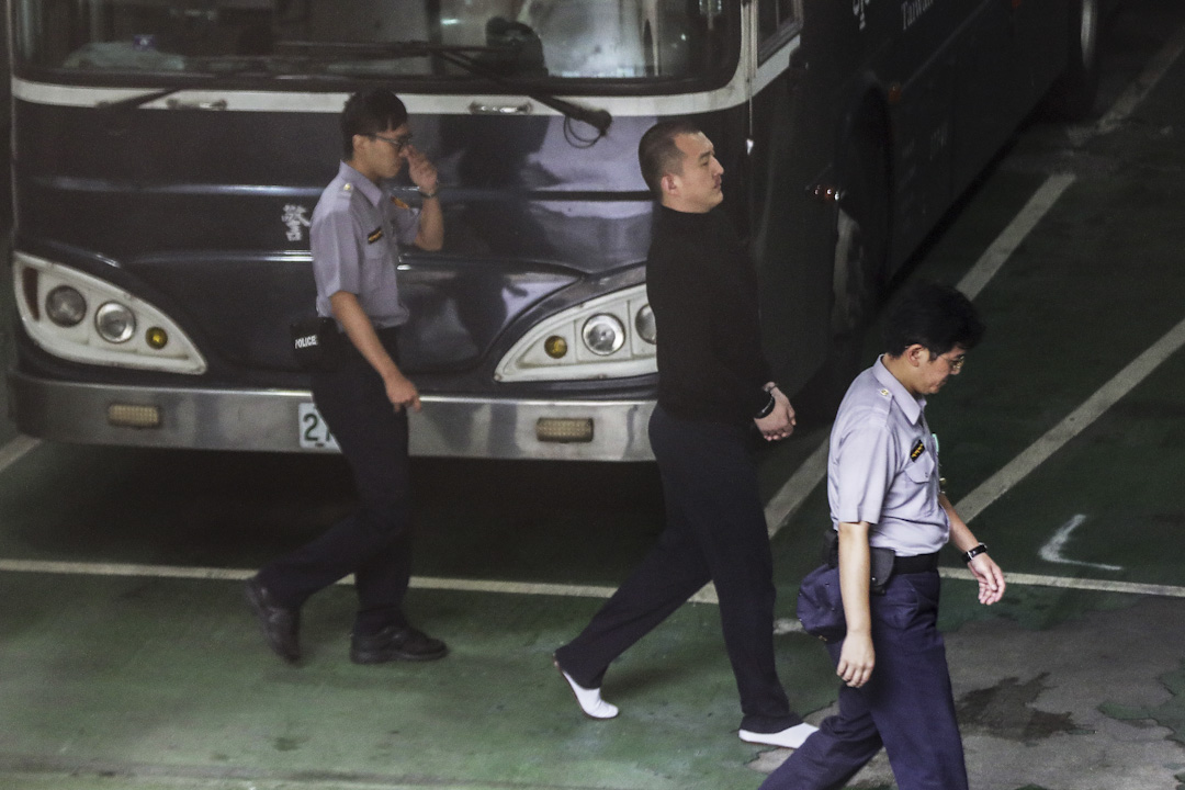2017年9月15日,台北地方法院審理政大畢業陸生周泓旭被控擔任共諜、刺探台灣外交機密一案;法院於早上約11時半宣判,裁定周泓旭違反《國家安全法》,判囚14個月。 攝:張國耀/端傳媒