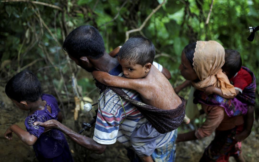 2017年9月8日,羅興亞難民越過緬甸邊界,往孟加拉的途上。 攝:Danish Siddiqui / Reuters